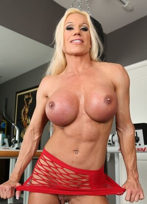 Sexy hoe with big muscles and flay belly exposes her swollen sugar plum