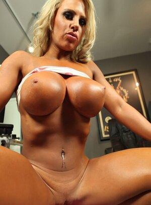 Turned on bodybuilder adult star works on a special machine with dildo attached
